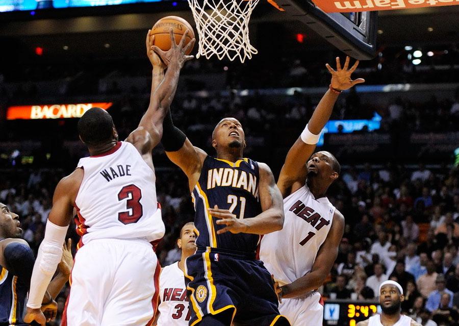 -2012赛季NBA常规赛,热火93-91步行者.图为韦德、波什协力封盖图片