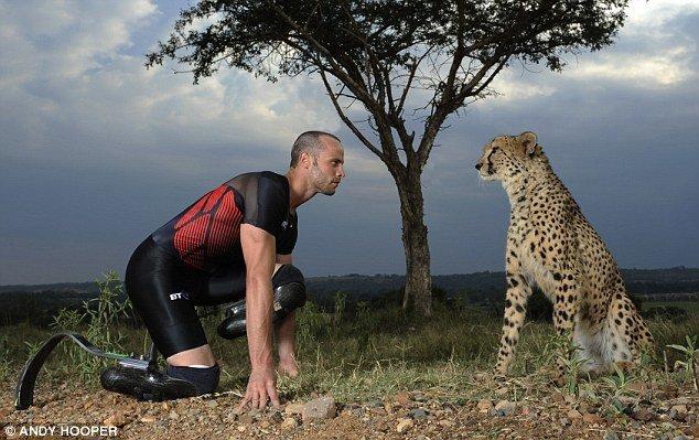 """奥斯卡·皮斯托瑞斯,南非残疾人运动员,生下来就缺少腓骨和踝骨,而不得不截掉膝盖以下的腿骨。但他仍拥有者过人的运动天赋,至今残疾人100米(10秒91)、200米(21秒58)和400米(46秒23)世界纪录由他保持着。人们把这个人称之为现实版""""阿甘""""、""""刀锋战士""""、""""世界上跑得最快的无腿人"""",甚至是残奥会上的博尔特。"""
