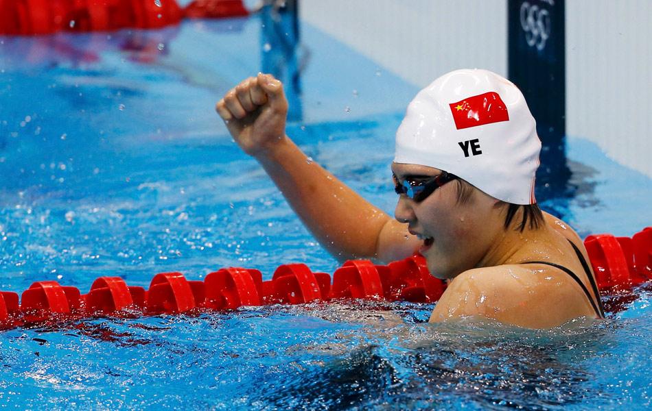 2012年7月29日,2012年伦敦奥运会女子400米混合泳,16岁的叶诗文破世界纪录夺冠。图为叶诗文振臂庆祝。
