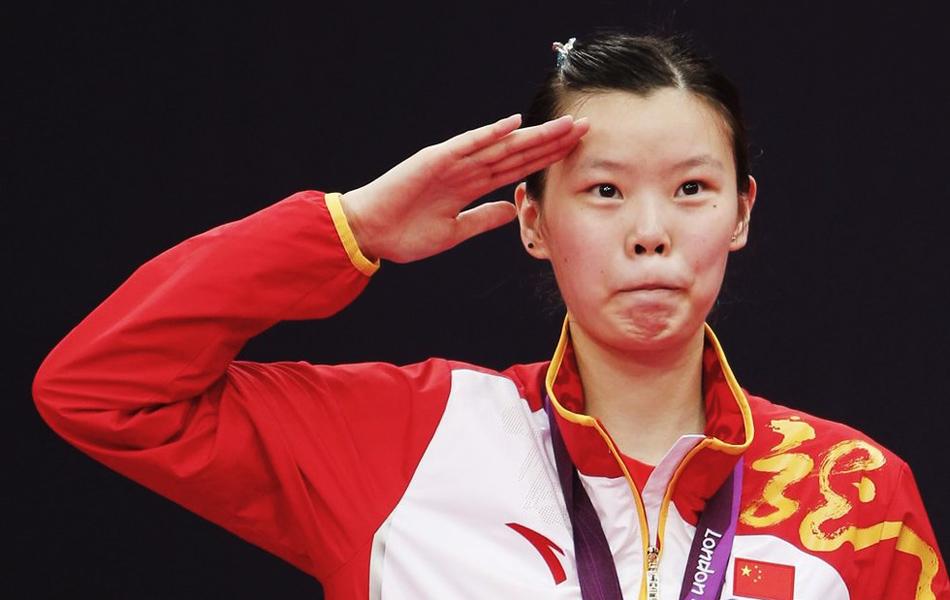 2012年8月4日,羽毛球女子单打,李雪芮力克王仪涵夺冠。图为李雪芮敬军礼。