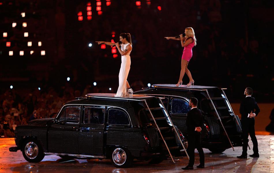 十辆黑色出租车来到舞台上,其中几辆车突然变成了斑斓的色彩,有豹纹、有米字旗图案,也有粉色。