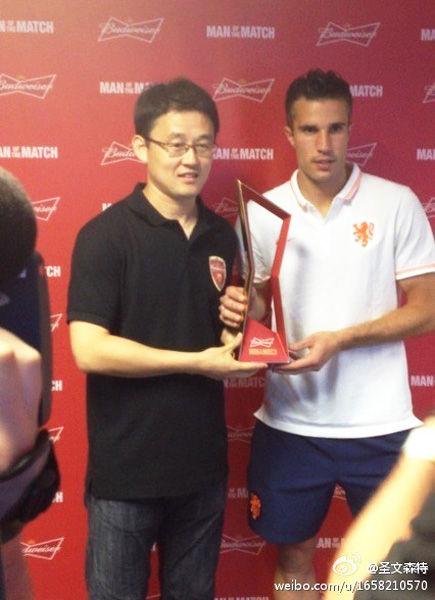 6月14日,2014世界杯B组首轮一场比赛在萨尔瓦多的新水源球场展开角逐,荷兰5比1狂胜西班牙。赛后范佩西被评为本场比赛的最佳球员,赛后中国球员孙继海向他颁发了奖杯。
