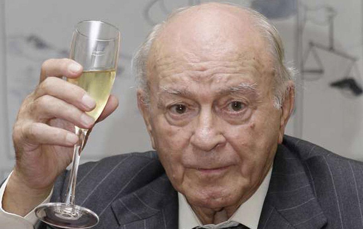 北京时间7月7日,皇马传奇迪斯蒂法诺因病去世,享年88岁。出生于阿根廷的迪斯蒂法诺在1953年至1964年期间为皇马效力,他为俱乐部夺得了5次欧洲冠军。2000年,他成为皇家的终身名誉主席。