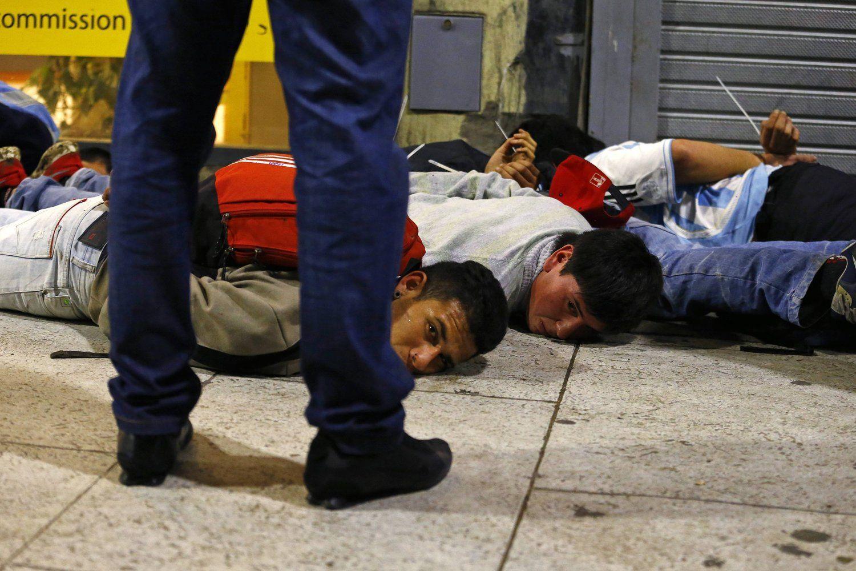 2014年7月13日,阿根廷布宜诺斯艾利斯,2014巴西世界杯决赛,阿根廷加时惜败错失冠军,极端球迷与警察发生冲突。