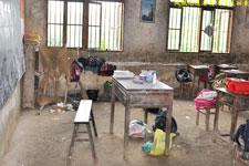 孩子们的教室和桌椅都非常破旧