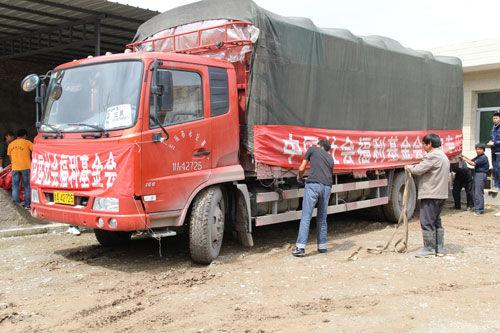 中国社会福利基金会首批救灾物资发放至甘肃岷