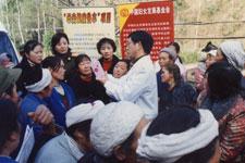 """""""母亲健康快车""""邀请专家在四川为群众普及健康知识"""
