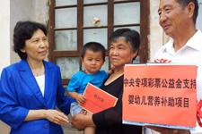 7月17日下午,赵东花深入甘肃省白银市白银区强湾乡月亮湾村,为贫困家庭6~24个月适龄婴幼儿发放营养包,并送上慰问金,表达全国妇联、中国儿童少年基金会对基层贫困儿童的关心