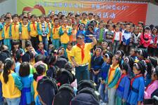 爱心大使金波在现场教学生们唱歌