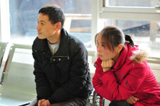 手术室外等待的家人既有担心,又满怀期待