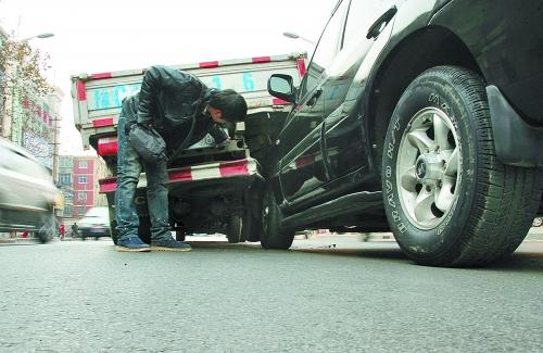 洛阳市电动车突然停车导致三辆机动车追尾高清图片