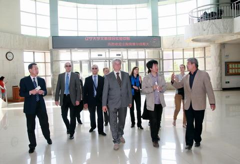 维尔纽斯大学代表团参观我校文科综合实验中心