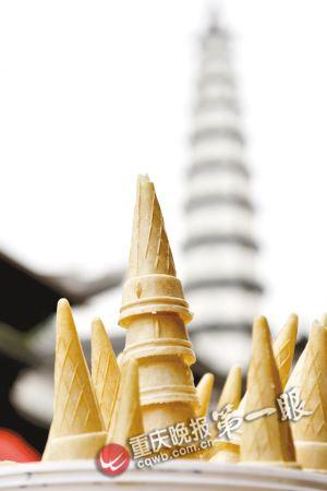 塔林 合川文峰古街上,小吃摊上的蛋卷塔和远处的白塔相映成趣.