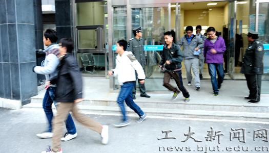 马志成/11月7日下午16时30分,消防逃生演练总指挥马志成副校长下达...