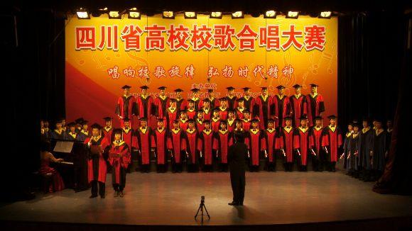 此外,我校合唱团在服装设计和队形编排等方面都做了精心的设计.图片