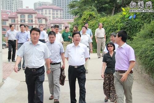 青岛市商务局局长马卫刚等陪同下,到中德生态园,青岛经贸科技学校实地