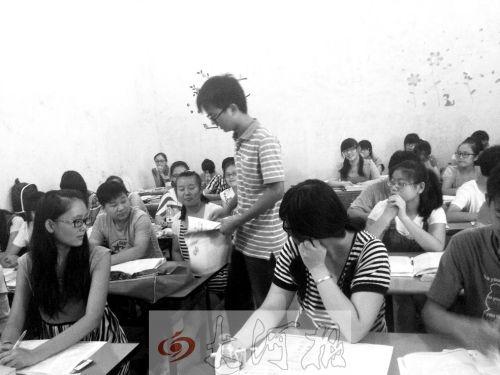 补习课上,冯昊怡不像老师,更像是学生们的同学