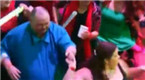 英国胖子跳舞被辱 网友召集大型派对陪他跳