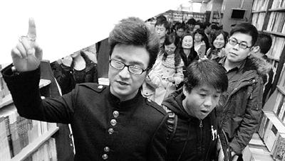 汪峰/汪峰向歌迷们透露,2012年他要给歌迷一个惊喜。