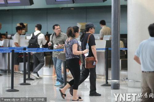 卢璐 刘欢/刘欢与妻子卢璐现身机场显恩爱(6/8张)