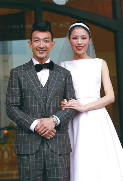 娱乐    本报讯(记者唐平)昨天,香港艺人李璨琛(原名李灿森)举行结婚图片