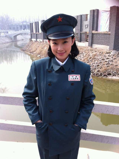 中国公安警服_中饰演隐忍大气的警花小柯之后,再次穿上警服,饰演公安局侦讯处处长.