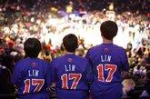 """林书豪球衣热卖。连续5场比赛20+得分,带领球队获取本赛季最长的5连胜。华裔后卫林书豪已然成为现在NBA最炙手可热的新星。如同现实版""""仙道""""的球风让林书豪赢得了无数中美球迷的喜爱,现场标语表达着大家队偶像的喜爱。除了示爱的女球迷,被林书豪击败的科比也成为球迷挪揄的对象,不过因伤缺阵的小甜瓜安东尼可是躺着也中枪,他的球衣被一位创意球迷改造了一番,7号成了17号,而他的名字也被""""LIN""""的字样贴上覆盖。"""