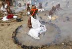 印度教徒沐圣浴庆佛浴节 洗去罪恶获得幸福