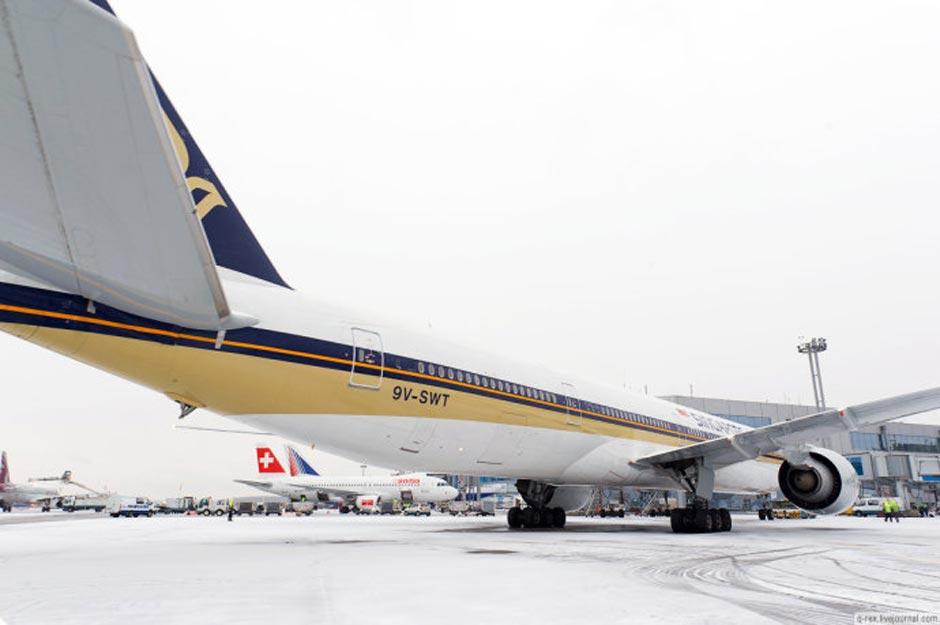 俄罗斯机场用火枪为大飞机除冰[高清大图]
