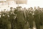 难得一见:1980年钱学森身穿军服行军礼