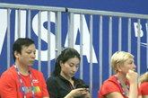 """当地时间2012年2月20日,英国伦敦,第18届跳水世界杯赛在伦敦奥林匹克公园水上运动中心开幕,昔日的""""跳水女皇""""郭晶晶出现在看台上,神态自若观看比赛,看台下还与前男队友互动拥抱。郭晶晶不时的玩弄手机。"""