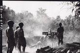 在巴莫,剩余的顽固日军正在遭受第三野战炮营第九小组的轰击。操作这些武器的正是受过美军训练的中国军队。1944年12月11日。