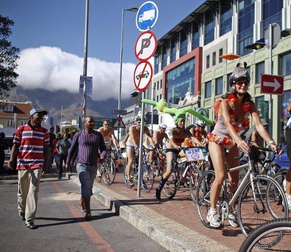 南非裸体自行车游行 身体彩绘引关注