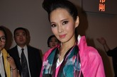 SCFASHION·祁刚2012春夏时装发布会在北京饭店如期举行。现场嘉宾可谓是众星云集,两岸三地各界明星纷纷前来助阵,可见祁刚的设计受宠程度颇高。图为台湾著名艺人伊能静。一身颇具中国古典艺术气息的服装的她接受了凤凰时尚的独家访问。