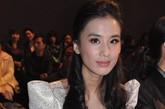 内地当红女星黄圣依一袭白衣出现在S·DEER刘丽丽2012春夏时装发布会的秀场内,银白色泡泡袖连衣裙配上白色手套显得她更加清纯可人。