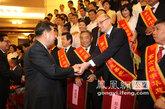 回良玉副总理与获奖代表亲切握手
