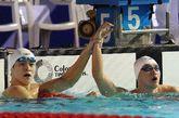 2012年全国游泳冠军赛暨伦敦奥运预选赛第六日争夺,最后一个比赛日,孙杨轻松地以14分42秒30夺取男子1500米自由泳金牌,本次比赛总计夺取四冠。张琳只以15分17秒97排在第六,郝运获得亚军。图为孙杨牵手张琳。