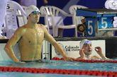 2012年全国游泳冠军赛暨伦敦奥运预选赛第六日争夺,最后一个比赛日,孙杨轻松地以14分42秒30夺取男子1500米自由泳金牌,本次比赛总计夺取四冠。张琳只以15分17秒97排在第六,郝运获得亚军。图为孙杨张琳看成绩。
