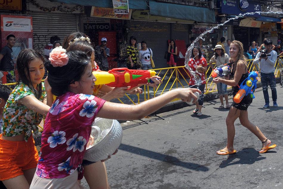 泰国民众喜迎泼水节 美女湿身 城市频道