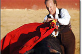 斗牛士无疑是一种非常危险的职业,而他们的职业年龄一般在25-30岁。Frank Evan 是一名英国人,而斗牛一般盛行于西班牙语国家,但对自己钟爱的事业让他义无反顾投身其中,69岁的 Frank 目前在全球10000斗牛士中排名63位。