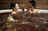 巧克力浴 巧克力是人们爱吃的甜食。可如今的日本女性却流行享受巧克力浴。劳累一天后,跑到美容沙龙,全身涂满巧克力,然后沉睡在那种甜蜜的芳香之中。