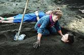 沙土浴 日本九州岛别府,人们将脖子以下的身体埋进沙土里享受沙土浴。