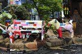 当地时间2012年4月26日,英国伦敦,M&S发起一项名为Shwop Drop的艺术项目,将各种衣服裤子铺满街道,场面壮观,品牌CEO马克-伯兰德携手BBC著名主播乔安娜-拉姆利一同造势。