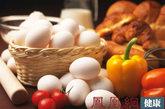 """狂吃肉和蛋导致铁""""滚蛋""""  现在的孩子大都爱吃各种肉类,就是不爱吃蔬菜和水果,家长也认为:只要多吃富含铁锌的肉鱼蛋,蔬菜水果吃不吃无所谓。结果是:不但孩子的体重蹭蹭地往上""""窜"""",而且一检查照样患有缺铁性贫血。因为人们膳食中所摄入的瘦肉、动物内脏、蛋黄中的铁多为三价铁,不易被人体吸收,只有在有维生素C和酸味物质(富含苹果酸、酒石酸、柠檬酸等多种有机酸)存在的情况下,转化成二价铁才能被人体充分地吸收和利用。而维生素C和酸味物质在蔬菜和水果(如猕猴桃、柠檬、鲜枣、酸枣、橘子、草莓、苹果)中含得最多。"""