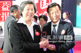 政协第十一届全国委员会副主席张榕明(左)为年度十大慈善家许荣茂颁奖