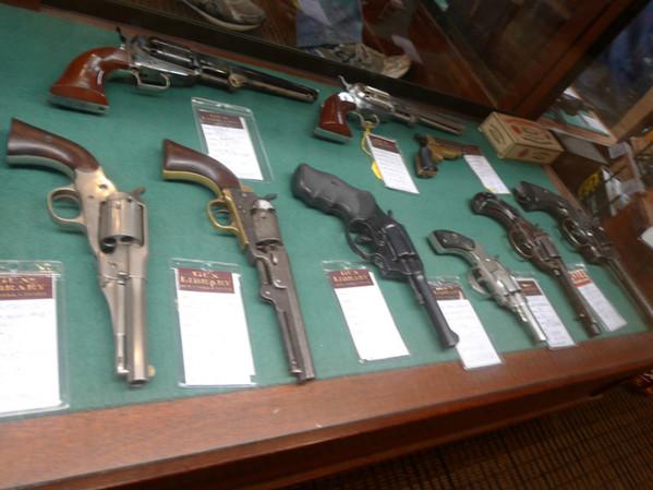 网友亲历北美最大枪店 枪械刀具应有尽有
