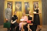 LANA MARKS品牌CEO及唯一设计师LANA.J.MARKS女士与模特一起展示店内包包。
