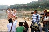国际比基尼小姐大赛三门峡市(河南赛区)选拔赛的20余名佳丽身着比基尼到黄河三门峡大坝风景区采风,佳丽们婀娜的身姿与年轻的活力点燃了夏日激情。