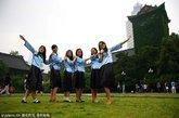又到一年毕业季,南京各大高校毕业生纷纷在校园内拍摄毕业照,学生们身着学位服、学生服,在镜头前尽情展示自己个性的一面,一张张喜悦的面孔充满对未来的憧憬。南京大学几名毕业生在校园里拍照留影。