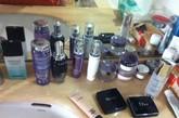 女高管的洗脸池旁尽展精心护肤的优雅,各类品牌都有涉猎。